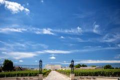 Saint Julien Bordeaux, Frankrike - Juni 8, 2017: Chateau Branaire Ducru, ingångsport och vingård i Medocen arkivfoto