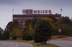 Saint Louis, Mo 4 novembre, 2017, marque della fabbrica di birra di Budweiser dalla vista della via fotografia stock