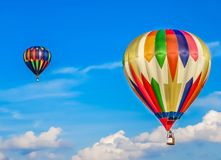 Saint-Louis, MO ΗΠΑ - φυλή μπαλονιών ζεστού αέρα στο θερινό ουρανό Στοκ Εικόνες