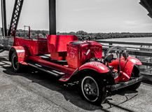 Saint Louis, MOIS Etats-Unis - la chaîne des roches jettent un pont sur la voiture de rouge de pompiers des années 1920 Photos stock