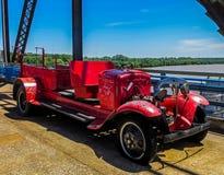 Saint Louis, MOIS Etats-Unis - la chaîne des roches jettent un pont sur la voiture de rouge de pompiers des années 1920 Photos libres de droits