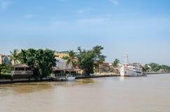 Saint Louis, Senegal - Oktober 14, 2013: De Rivier van Senegal met waterkant en historisch schip in stad staint-Louis royalty-vrije stock foto's