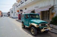 Saint Louis, Senegal - Oktober 17, 2013: Klassieke Toyota-Landkruiser 40 reeksen offroad voertuig in straat royalty-vrije stock afbeelding