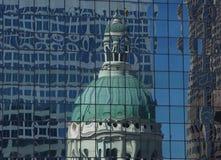 Saint Louis, sept. de MO—, 11, 2017 reflexiones del tribunal viejo en Jefferson Expansion Memorial en el edificio de oficinas imagen de archivo