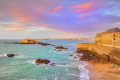 Saint Malo Brittany France Ramparts och gammal stad, kustlinje arkivbild
