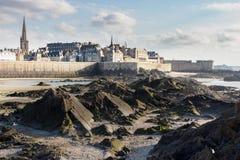 Saint Malo de la parte inferior de mar imagenes de archivo