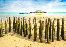 Saint Malo Fort National e polos, maré baixa. Brittany, França. Foto de Stock