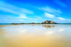 Saint Malo Fort National e praia, maré baixa. Brittany, França. Imagens de Stock