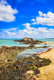Saint Malo Fort National et roches, marée basse Brittany, France image stock
