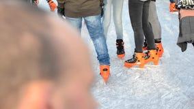 SAINT MALO, FRANÇA - 27 DE NOVEMBRO DE 2016: Adolescentes no patim alaranjado na patinagem no gelo na pista video estoque