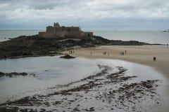 SAINT MALO, FRANCE - 25 mars 2016 : vue de plage de Saint Malo Photos libres de droits