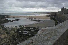 SAINT MALO, FRANCE - 25 mars 2016 : vue de plage de Saint Malo Photographie stock