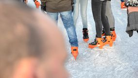 SAINT MALO FRANKRIKE - NOVEMBER 27, 2016: Tonåringar i orange skridsko på skridskoåkningen på isbanan stock video