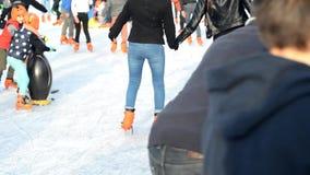 SAINT MALO FRANKRIKE - NOVEMBER 27, 2016: Tonåringar i orange skridsko på skridskoåkningen på isbanan arkivfilmer
