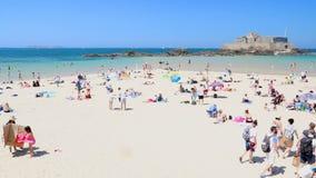 Saint Malo People sur la plage détendant et ayant l'amusement banque de vidéos