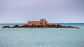 Saint Malo strand, fortmedborgare under lågvatten Brittany franc royaltyfri fotografi