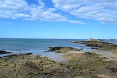 Saint Malo strand och slott som är västra av Frankrike Arkivfoton