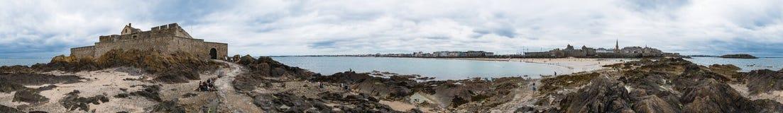 Saint Malo strandpanorama Arkivbild