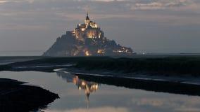 Saint Michel de Mont iluminou no crepúsculo no verão na maré baixa imagens de stock