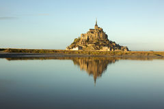 Saint-Michel de Mont no crepúsculo em Normandy, France Foto de Stock