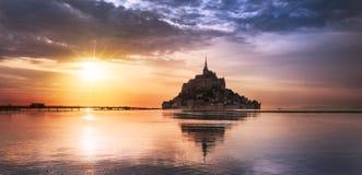 Saint Michel en la puesta del sol, Francia de Mont Fotografía de archivo