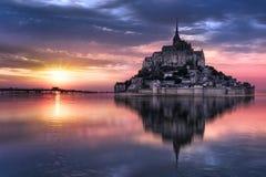 Saint Michel en la puesta del sol, Francia de Mont Imagen de archivo