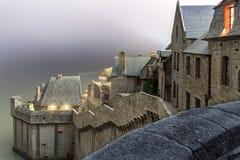 Saint-Michel rodeado por el agua en la alta marea Fotografía de archivo libre de regalías