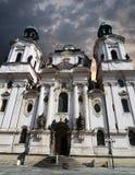 Saint Nicholas Church em Praga com céu nebuloso Imagens de Stock Royalty Free