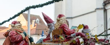 Saint-Nicolas et Santa Claus au marché de Noël à Ratisbonne, Allemagne Photographie stock libre de droits