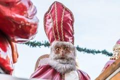 Saint-Nicolas et Santa Claus au marché de Noël à Ratisbonne, Allemagne Image stock