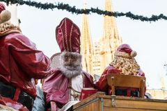 Saint-Nicolas et Santa Claus au marché de Noël à Ratisbonne, Allemagne Photographie stock