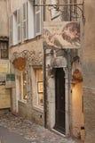 SAINT PAUL DE VENCE - 28 agosto è un bello villaggio fortificato medievale appollaiato su un dente cilindrico stretto fra due vall fotografia stock