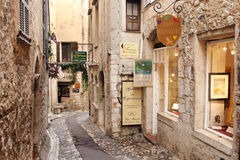 SAINT PAUL DE VENCE - 28 agosto è un bello villaggio fortificato medievale appollaiato su un dente cilindrico stretto fra due vall Fotografie Stock