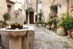 SAINT PAUL DE VENCE - 28 agosto è un bello villaggio fortificato medievale appollaiato su un dente cilindrico stretto fra due vall Immagini Stock Libere da Diritti