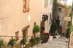 SAINT PAUL DE VENCE - 28 agosto è un bello villaggio fortificato medievale appollaiato su un dente cilindrico stretto fra due vall immagini stock