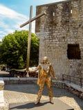 Saint Paul de Vence - escultura dourada de um homem com uma cruz Fotos de Stock Royalty Free