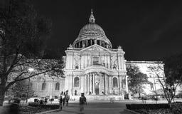 Saint Paul London de cathédrale en noir et blanc Photos stock