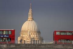 Saint Paul och London bussar Fotografering för Bildbyråer