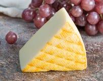 Saint Paulin crémeux, fromage français doux et mi-doux fait à partir du lait de vache pasteurisé, à l'origine fait par des moines image stock