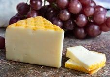 Saint Paulin crémeux, fromage français doux et mi-doux fait à partir du lait de vache pasteurisé, à l'origine fait par des moines photo stock