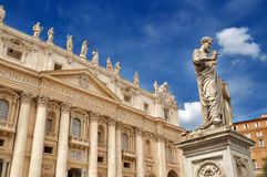 Saint Peter retenant la clé sur le ciel Photos libres de droits