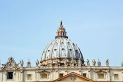 Saint Peter square and the Basilica San Pietro in Vatican city. Rome, Italy Stock Photos