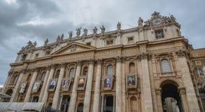 Saint Peter Square com o St Peter Basilica foto de stock