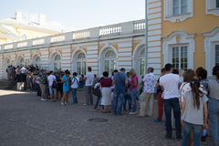 Saint-Petersburg, Russia - June 03, 2016: all the tourists to the palace of Peterhof Stock Photography