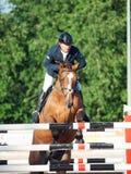 SAINT PETERSBURGO 5 DE JULHO: Rider Aleksandr Belekhov no chacal Ugl Imagens de Stock