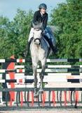 SAINT PETERSBURGO 5 DE JULHO: Rider Maria Khimchenko em Calina no th Fotografia de Stock Royalty Free