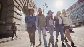 SAINT-PETRESBURG 280816 :前面观点的享受在街道上的一个小组青少年的行家朋友步行拥抱其中每一 股票视频