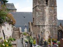 Saint Pierre e cimitero del glise del ‰ della chiesa cattolica à in Le Mont Saint Michelle fotografia stock