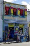 SAINT PIERRE, MARTINICA, JUNUARY 2: A loja pequena do turista na cidade das caraíbas do Saint Pierre o 2 de janeiro de 2017, ilha fotografia de stock