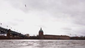 Saint Pierrebro över den Garonne floden och Kupol de la Grav i Toulouse arkivfilmer